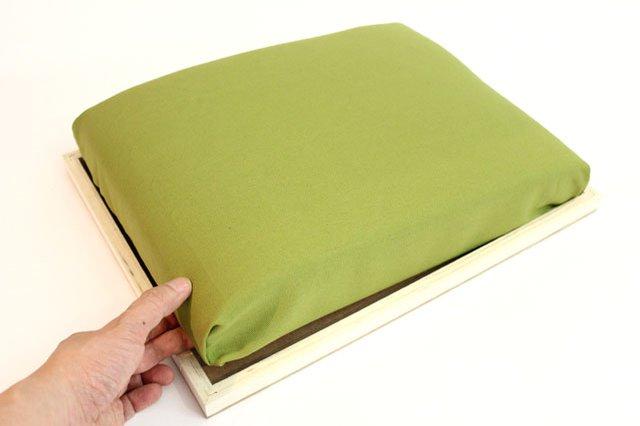 Далее соединяем подушку со столиком липучкам, вкладывая фанеру с подушки в рамку стола
