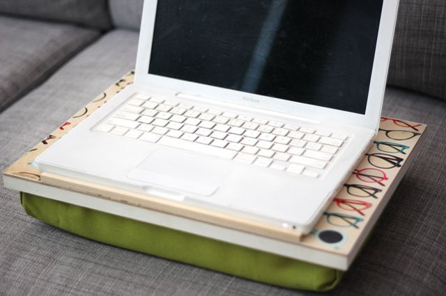Готовый компьютерный столик своими руками - для дивана, кровати, кресла - с подушкой