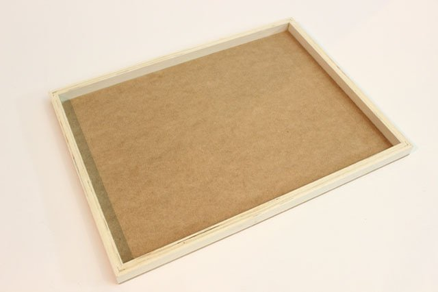 Нижняя рамка-бордюр на столике нужна для того, чтобы незаметно и удобно крепить снизу в нее подушку