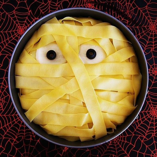 Как накрыть страшно вкусный стол на Хэллоуин: декорируем основные блюда - мумия из макарон