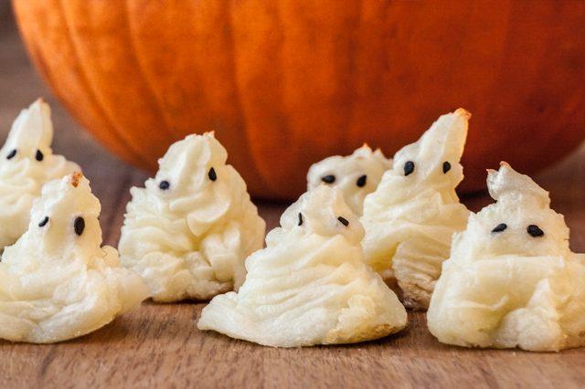 Как накрыть страшно вкусный стол на Хэллоуин: декорируем основные блюда - привидения из пюре