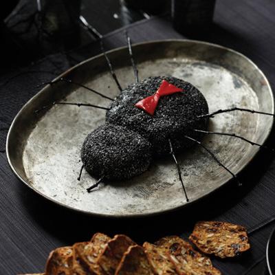 """Как накрыть страшно вкусный стол на Хэллоуин: декорируем закуски - паук """"Черная вдова"""" из сыров"""