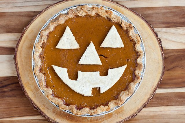 Как накрыть страшно вкусный стол на Хэллоуин: декорируем блюда - тыквенный пирог в виде Хэллоуинской тыквы