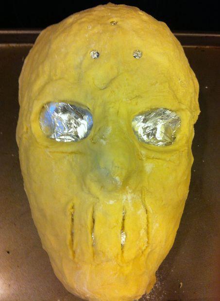 Для лица берем манекен – только голову – из любого материала, который выдержит нагревание в духовке, оборачиваем голову в несколько слоев фольги, сверху кладем тесто