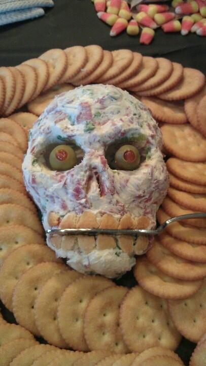 Как накрыть страшно вкусный стол на Хэллоуин: декорируем блюда - череп из салата