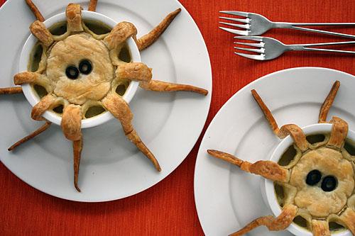 Как накрыть страшно вкусный стол на Хэллоуин: декорируем блюда - вареный монстр с тентаклями