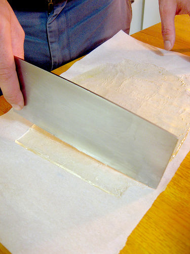Нагрелось до горячего состояния – теперь можно рубить карамель на ровные прямоугольники – а-ля стекла для анализов крови