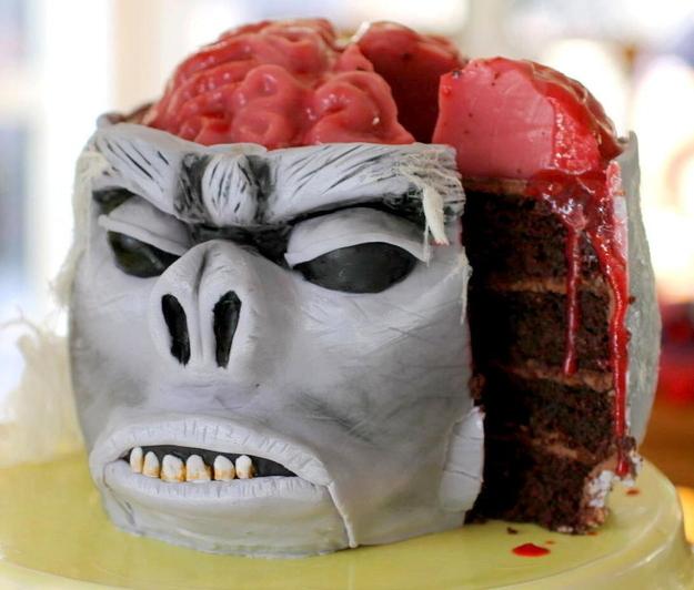 Торт в виде головы обезьяны со вскрытым черепом - Как накрыть страшно вкусный стол на Хэллоуин: декорируем блюда