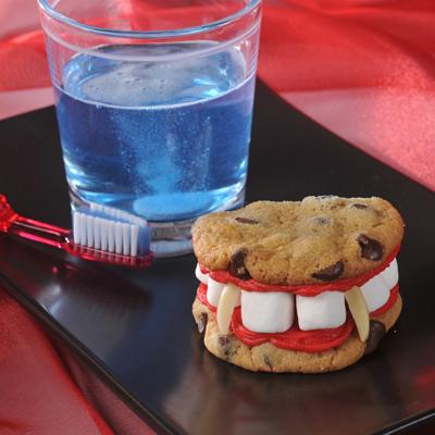 Как накрыть страшно вкусный стол на Хэллоуин: декорируем блюда - вампирская вставная челюсть