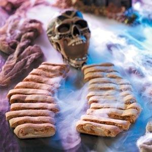 Как накрыть страшно вкусный стол на Хэллоуин: декорируем блюда - скелет из рулетов