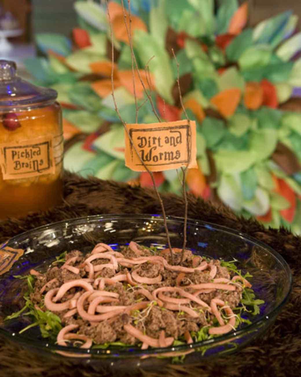 """Как накрыть страшно вкусный стол на Хэллоуин: декорируем блюда - салат """"Земля с червями"""""""