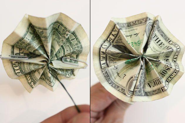 расправляем боковые стороны гармошки, скрепками фиксируем края друг с другом, получаем цветок