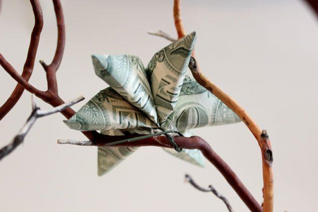 крепим готовые цветы из денег на ветки денежного дерева за проволоку