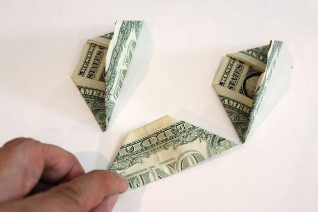 сложите банкноту пополам по длине, образуя из купюры трапецию