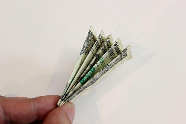 Сложите, как меха аккордеона, одну банкноту по длине