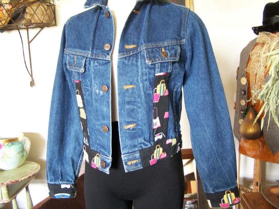 Графические принты в украшении джинсовых курток и жилетов