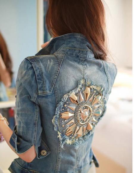 смысловые картины и цельные узоры из крупных бусин и ткани в сочетании с джинсовой бахромой на спине