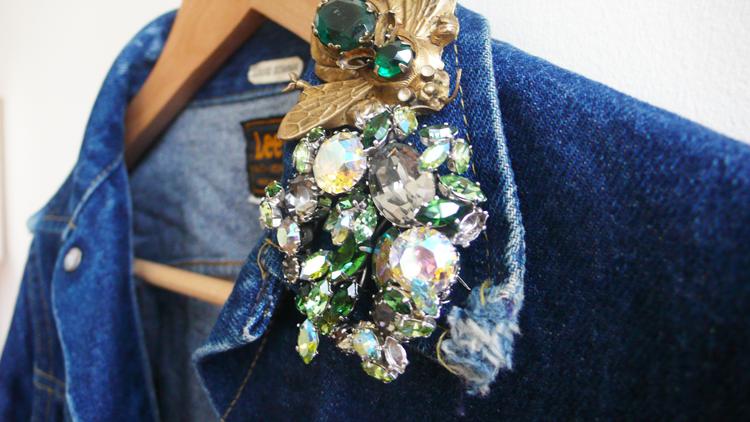 декорируем джинсовую куртку: очень крупные бусины и камни в творческом, но сплоченном, тесном беспорядке на одном воротнике