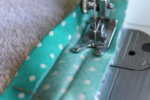 начинайте на швейной машинке пришивать ленту простым прямым швом