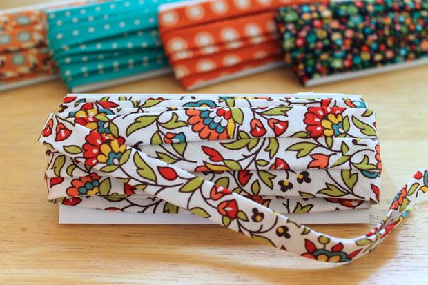 нарезать из ярких тканей декоративных лент и правильно прогладить полученные ленты