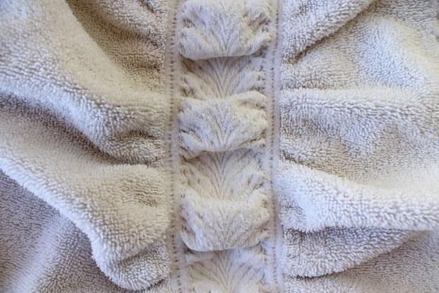 На выбранных махровых полотенцах избавьтесь от декоративных вставок, резинок и подшитых краев