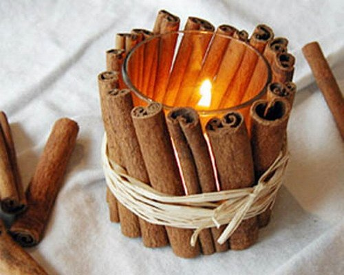 урашенный коричными палочками держатель свечи