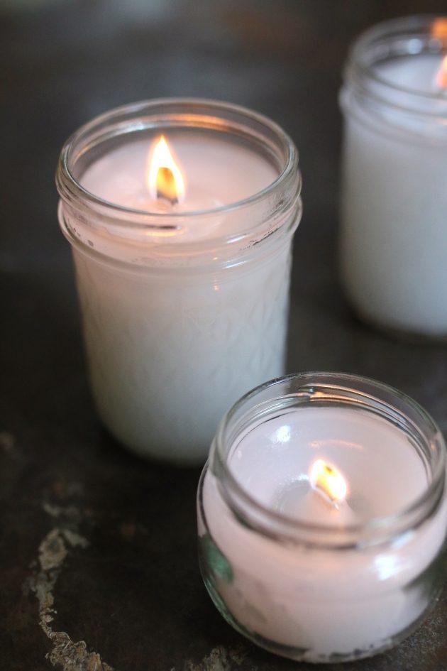 зажженые готовые самодельные свечи с деревянными фитилями