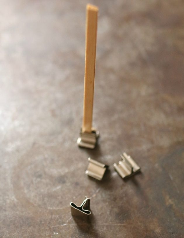 Один кончик каждого готового фитиля просовываем в металлические лапки-основания