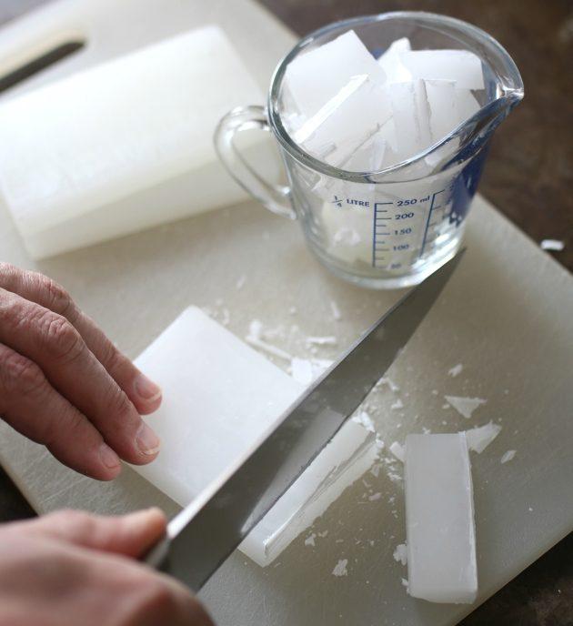 Твердые блоки воска режем на части, помещаем куски в жаропрочный стеклянный или металлический контейнер