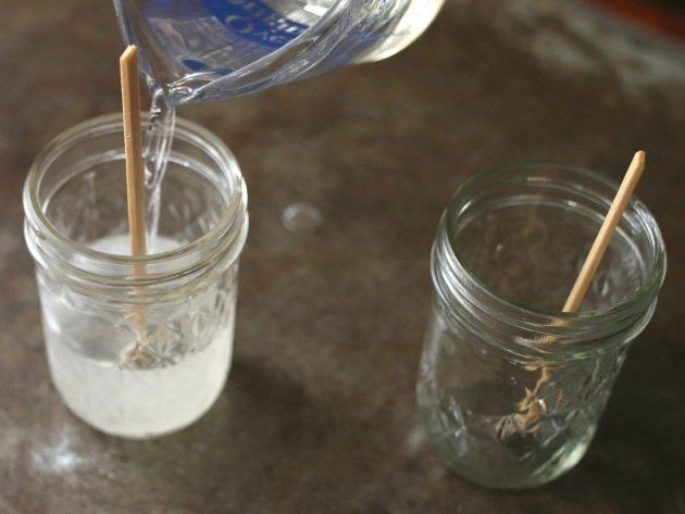 берите контейнер с расплавленным воском и медленно(!) заливайте жидкий воск по центру банки