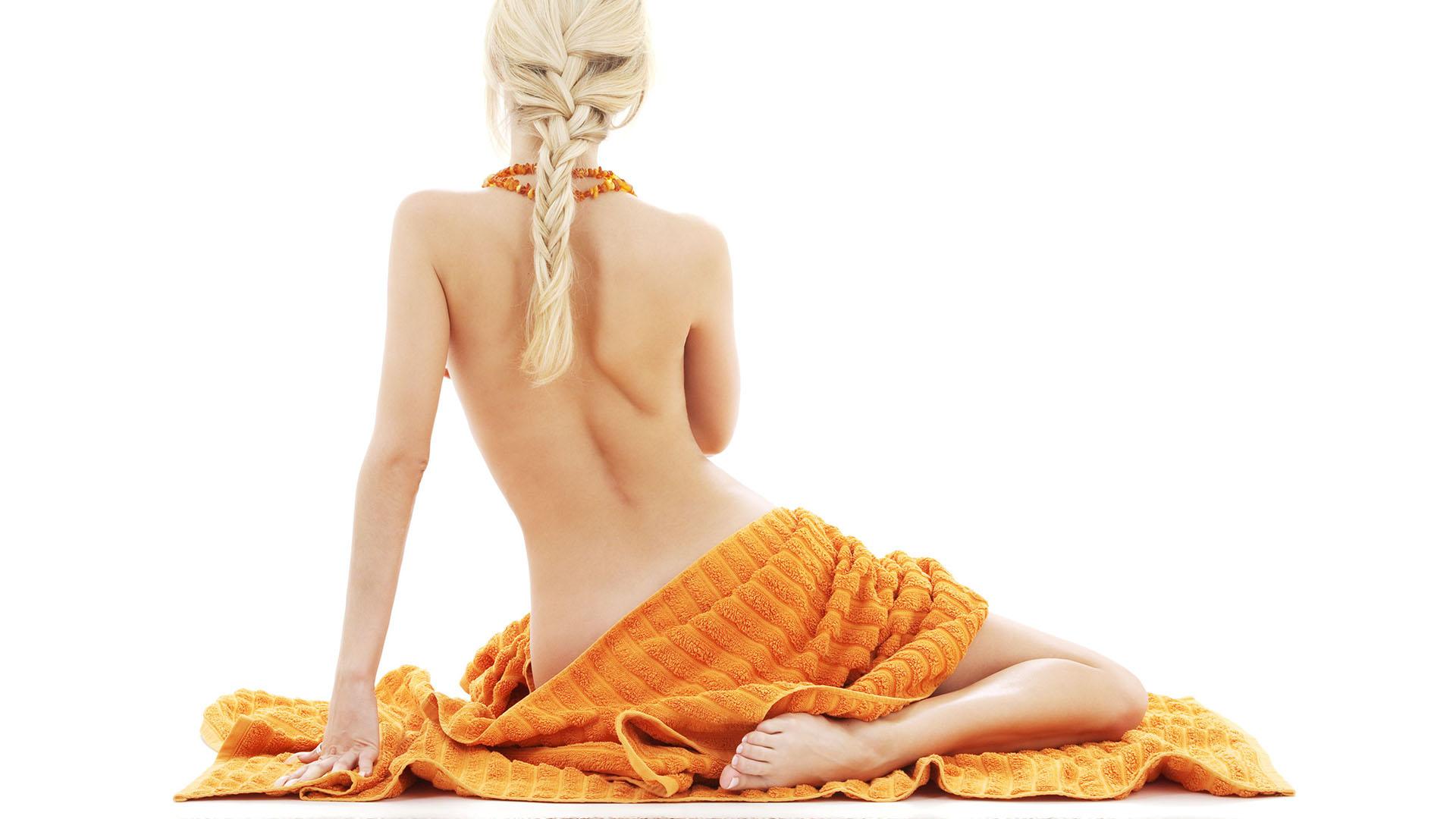 Девушка в огромном полотенце