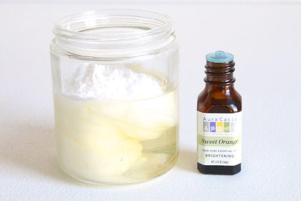 смешвиаем масло-основу и пищевую соду