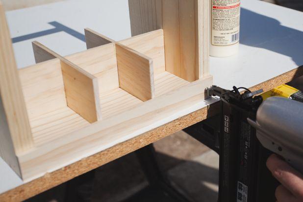 зафиксируйте деталь внизу между боковинами ящика