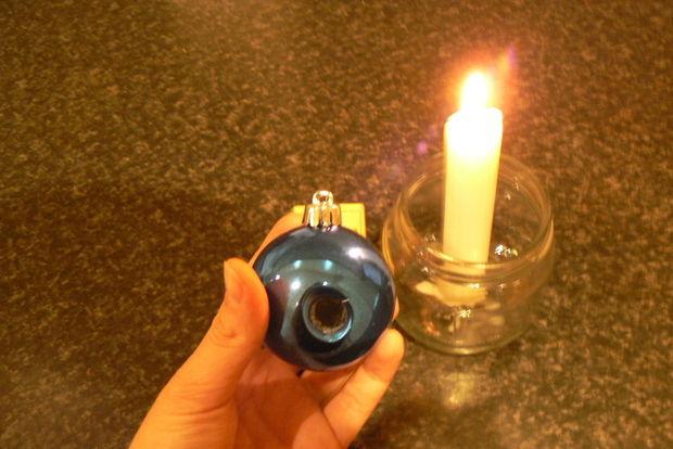 Прожигаем овальное отверстие в пластиковом шаре на свече