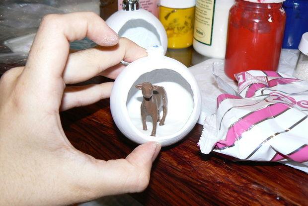 Закладываем внутрь шара вниз папье-маше, чтобы сделать ровную базу для вашей диорамы примериваем внутрь самую крупную фигурку