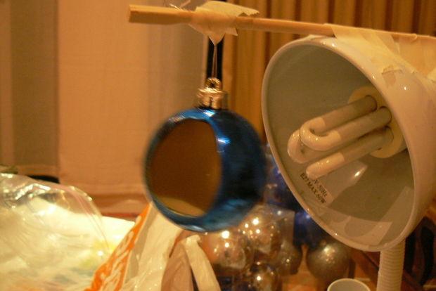 легче всего елочные шары красить, если подвесить их над столом