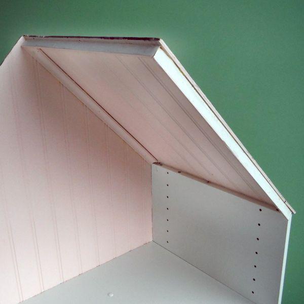 вырезать крышу из тонких мазонитовых панелей, посадить меньшую панель на рамку из невысокого потолочного плинтуса и крепить к домику