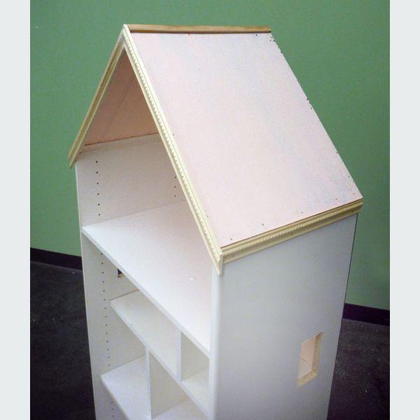 Приклейте и прибейте две внешние планки прямо под крышу и две передние к самой крыше