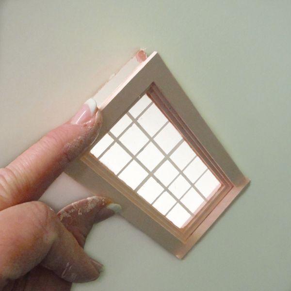 Покрасьте все дополнительные элементы для домика: заборчики, окна, ставни и т. д.