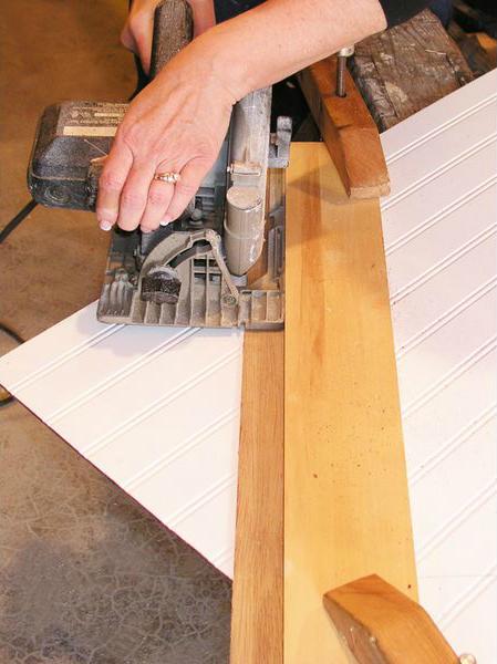 Чтобы срез на мазоните получился ровный, можно сначала сделать 2 заготовки из деревянных досок
