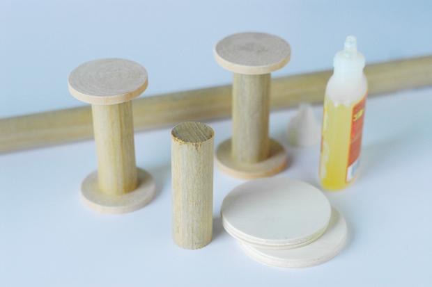 делаем катушки из деревянных кругов и стержней