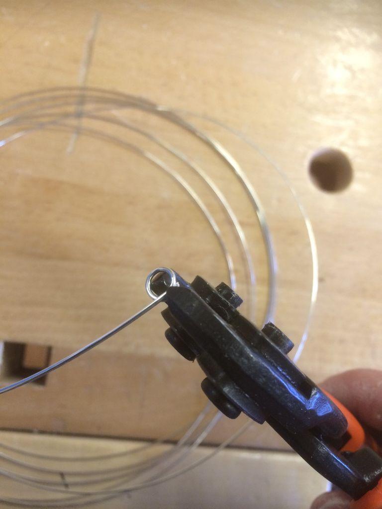 Тонкогубыми плоскогубцами сделайте кольцо подходящего размера из выбранной проволоки