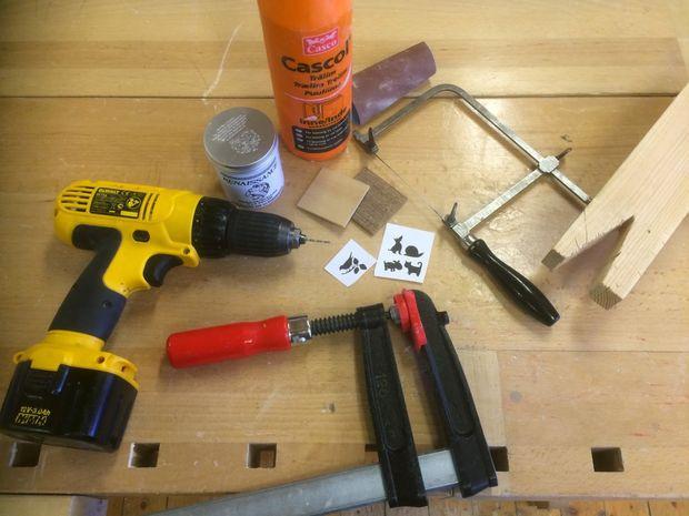 материалы и инструменты для созданий деревянного кулона методом внутреннего выпиливания