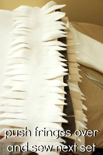 Складываем полоски стопкой: по 1-й коричневой, сверху 1-ну телесного/болотного цвета, сверху 1 светлую полоску