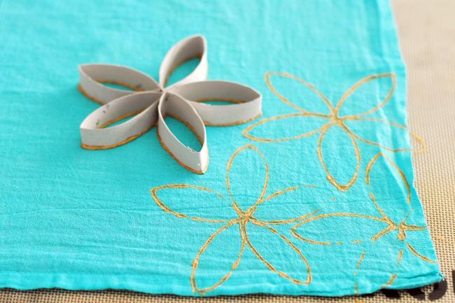 сделайте шаблоном отпечаток краской на ткани