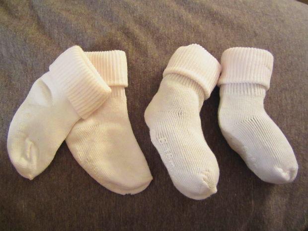 возьмите детские носочки, купленные под определенное количество месяцев ребенка и набейте их до объема