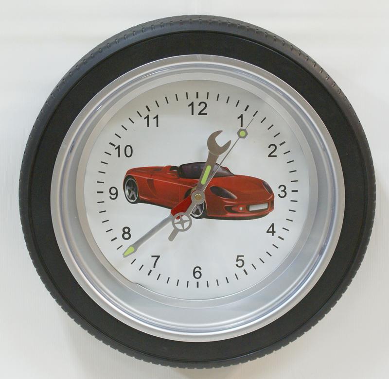 настенные часы с шиной по ободку и машинкой на циферблате