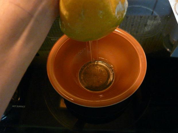 ...и аккуратно начинайте выжимать гелевую жидкость в миску
