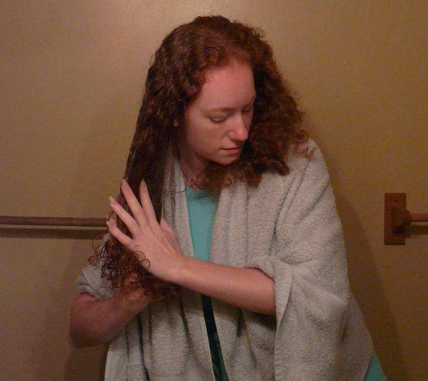 Дайте волосам высохнуть, затем нанесите гель, растирая его сначала между ладонями, а затем, пробегая сквозь пряди, втирайте ладонями и пальцами кондиционер в волосы