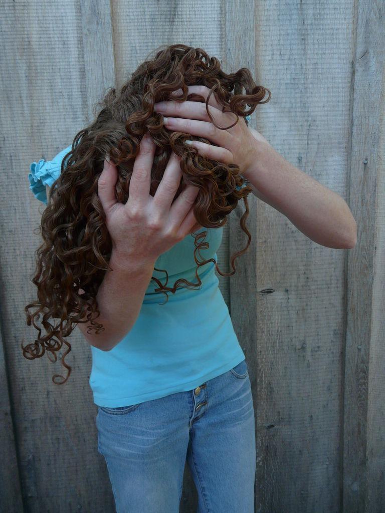 надо запрокинуть голову вперед и пожамкать, подавить волосы в кулаках